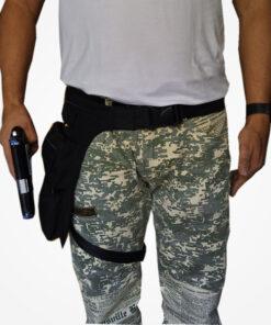 Fabricada en lona impermeable y resistente, consta de 4 compartimentos multiusos, un compartimento grande con sujetadoras de arma, cremalleras resistentes